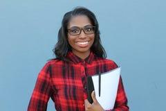 Studente africano felice con sorridere di vetro Fotografie Stock Libere da Diritti
