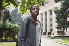 Studente afroamericano che sta nel campus universitario all'aperto Fotografie Stock Libere da Diritti