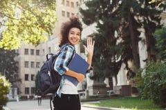 Studente afroamericano con i libri all'università Immagine Stock