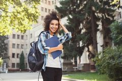 Studente afroamericano con i libri all'università Fotografia Stock