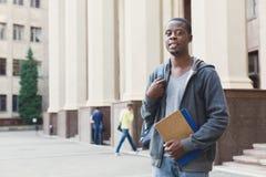 Studente afroamericano con i libri all'università Immagine Stock Libera da Diritti