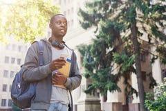 Studente afroamericano con i libri all'università Fotografia Stock Libera da Diritti