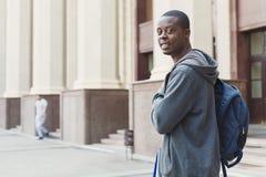 Studente afroamericano con la borsa all'università Fotografia Stock