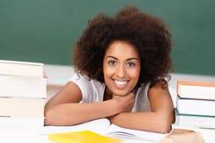 Studente afroamericano sorridente con i suoi libri Immagini Stock Libere da Diritti