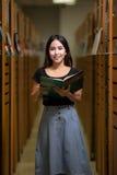 Studente alla città universitaria in biblioteca Fotografia Stock Libera da Diritti