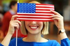 Studente allegro con la bandiera di U.S.A. Immagini Stock Libere da Diritti