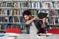 Studente arrabbiato Wants To Break il suo computer portatile Immagini Stock
