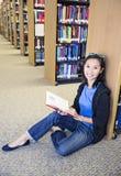 Studente asiatico del collage nella biblioteca Fotografia Stock Libera da Diritti