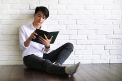 Studente asiatico del giovane con i libri fotografia stock