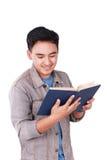 Studente asiatico maschio Reading Book Fotografia Stock
