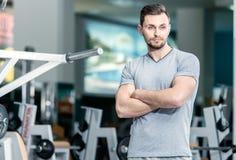 Studente aspettante Il giovane allenatore sportivo sta alla forma fisica c Fotografia Stock Libera da Diritti