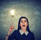 Studente astuto con i per la matematica della lampadina di idea e le formule di scienza su fondo Immagine Stock Libera da Diritti