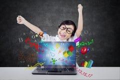 Studente attraente con il computer portatile e la formula Immagini Stock Libere da Diritti