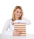 Studente attraente con il mucchio dei libri Immagini Stock