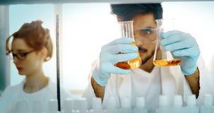 Studente attraente di chimica che lavora nel laboratorio Immagine Stock