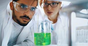Studente attraente di chimica che lavora nel laboratorio Fotografia Stock