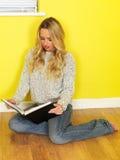 Studente attraente Reading della giovane donna un libro Fotografia Stock