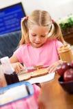 Studente: Bambina che fa la sua propria refezione Immagini Stock