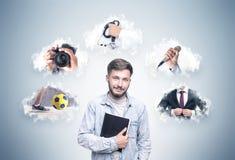 Studente barbuto sorridente e una scelta di carriera Fotografia Stock