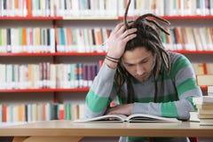 Studente in biblioteca Fotografia Stock