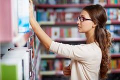 Studente in biblioteca Fotografie Stock Libere da Diritti