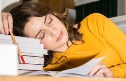 Studente in biblioteca Immagini Stock Libere da Diritti