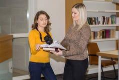 Studente in biblioteca Fotografie Stock