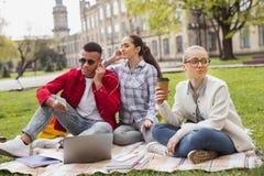 Studente bionda-dai capelli stanco in vetri che beve caffè Fotografie Stock Libere da Diritti