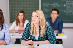 Studente biondo femminile Sitting In Classroom Immagine Stock Libera da Diritti