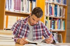 Studente calmo bello che studia i suoi libri Fotografie Stock Libere da Diritti