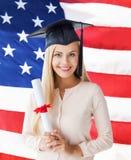Studente in cappuccio di graduazione con il certificato Fotografia Stock