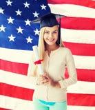 Studente in cappuccio di graduazione con il certificato Fotografie Stock