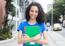 Studente caraibico fortunato con i libri nella città Immagini Stock
