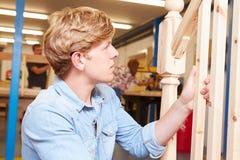 Studente In Carpentry Class che lavora alla scala immagine stock libera da diritti