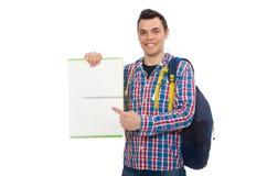 Studente caucasico sorridente con lo zaino ed il libro isolati sul whi Fotografie Stock Libere da Diritti