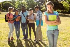 Studente che è oppresso da un gruppo di studenti Fotografie Stock