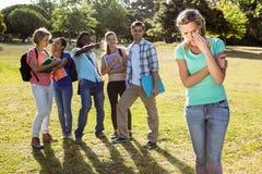 Studente che è oppresso da un gruppo di studenti Fotografie Stock Libere da Diritti