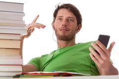 Studente che ascolta la musica durante le classi Immagini Stock Libere da Diritti