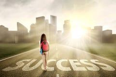 Studente che cammina sul modo 1 di successo Fotografie Stock