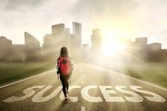 Studente che cammina sul modo di successo Immagine Stock Libera da Diritti