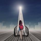 Studente che cammina verso il cielo Fotografie Stock Libere da Diritti