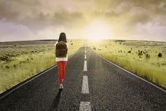 Studente che cammina verso il futuro luminoso Fotografie Stock