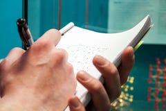 Studente che cattura le note Immagine Stock