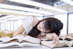 Studente che dorme e che sogna nella classe 1 Fotografia Stock Libera da Diritti