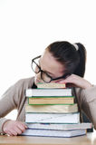 Studente che dorme sopra i libri Immagine Stock