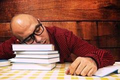 Studente che dorme sui libri Immagine Stock