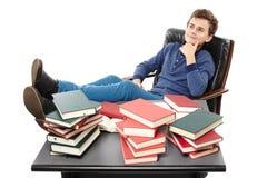 Studente che ha un resto con le gambe sullo scrittorio, fantasticante AMO Immagini Stock Libere da Diritti