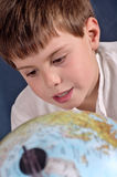 Studente che impara geografia Immagini Stock