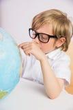 Studente che impara geografia con il globo Fotografie Stock Libere da Diritti