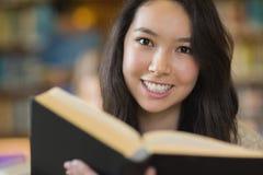 Studente che impara nella biblioteca Fotografia Stock Libera da Diritti